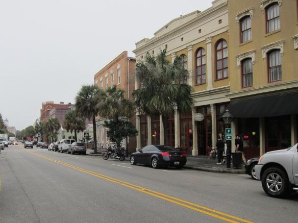 Lidt menneskeforladt, men hyggelig bymidte i Charleston